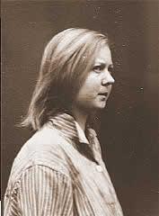 """Emmi G. di soli 16 anni fu una delle 70.000 vittime del programma """"T4"""". Giudicata """"schizofrenica"""" venne sterilizzata. Successivamente fu inviata a Meseritz-Obrawalde dove venne uccisa il 7 dicembre 1942 con una overdose di tranquillanti."""