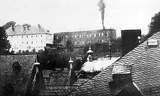 La fotografia, scattata da un cittadino di Hadamar, mostra il fumo delle cremazioni che si alza dal castello trasformato in clinica della morte